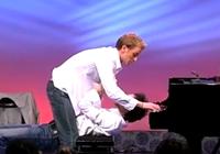 Bật cười xem hai chàng trai vừa chơi piano vừa thay quần áo