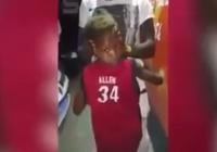 Clip: Cậu bé có khả năng quay đầu ra sau lưng