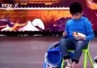 Clip: Chú bé có khả năng xếp rubik bằng chân và tay