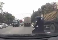 Clip: Cô gái suýt gây tai nạn vì qua đường ẩu