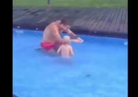 Đáng yêu khi xem bố tập bơi cho con