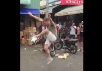 Chàng Tây biểu diễn tâng bóng nghệ thuật giữa chợ Việt