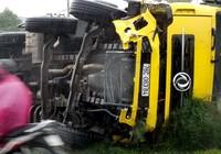 Quảng Nam: Xe tải lật ngửa, quốc lộ 1 ùn tắc