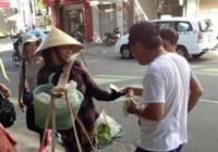 Khách Trung Quốc hành xử thiếu văn hóa với chị bán chuối rong ở Đà Nẵng