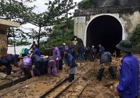 800 người được chuyển tải khẩn cấp vì lở núi