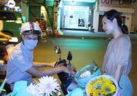 Bán hoa gây quỹ, mua ủng cho trẻ vùng cao