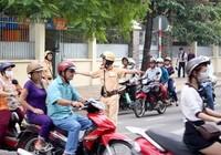 CSGT phải điều tiết ngay tình trạng giao thông phức tạp trước cổng trường