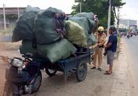 CSGT quận 12 mật phục bắt xe quá tải trên tuyến đê bao