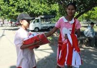 Phụ nữ, trẻ em Myanmar 'ăn theo' AFF Cup