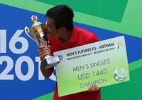 Tay vợt Pháp quăng vợt khi Hoàng Nam ngược dòng vô địch