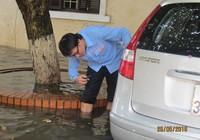 Hàng trăm ô tô bị ngập nước trong cơn mưa ở Hà Nội