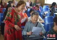 Cụ bà 83 tuổi nhận 8 tấm bằng sau khi theo học ĐH 28 năm