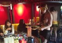 Sốc với nhà hàng tuyển nữ phục vụ để ngực trần