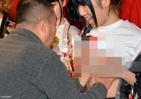 Chùm ảnh: Diễn viên Nhật cho sờ ngực trần để gây quỹ chống AIDS