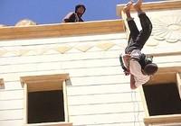 IS thả cậu bé 15 tuổi từ mái nhà vì cáo buộc đồng tính