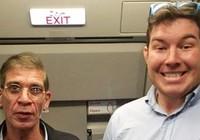 Hành khách tươi cười chụp ảnh 'tự sướng' cùng không tặc Ai Cập