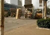 Hàng loạt xe ủi đất hỗn chiến trên phố ở Trung Quốc