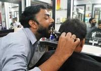 Chàng trai Ấn Độ cắt tóc bằng miệng gây sốt
