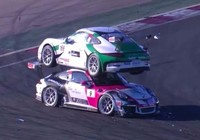 Hai xe Porsche đâm nhau tạo nên cảnh tượng khó tin