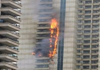 Tòa chung cư 75 tầng ở Dubai bốc cháy ngùn ngụt