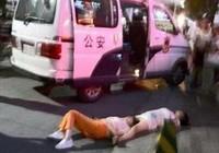 'Đấu võ mồm' suốt 8 giờ, 2 phụ nữ Trung Quốc ngất xỉu trên đường