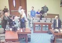 Mỹ: Bị cáo rút hung khí đâm công tố viên tại tòa