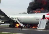 Phi cơ Mỹ bốc cháy trên đường băng, 20 người bị thương