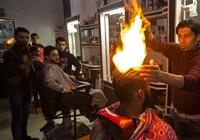 Sốc với màn dùng lửa cháy phừng phừng tạo kiểu tóc