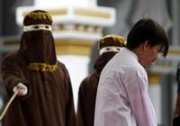 Quan hệ đồng giới: 2 thanh niên Indonesia lãnh 83 roi