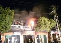 3 người thoát chết trong căn nhà cháy
