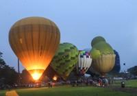 Giới trẻ Huế thích thú với ánh sáng khinh khí cầu