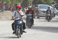 Người dân Huế khổ sở vì đường sá nắng bụi, mưa lầy