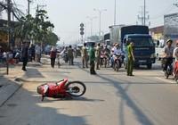 Bị tai nạn, người đàn ông ngồi suốt đêm trên vỉa hè đến tử vong