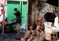 Người dân vớt vát trong hoang tàn sau vụ cháy ở trung tâm Sài Gòn