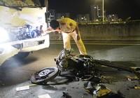 Thanh niên chạy xe máy ngược chiều, húc móp đầu xe tải