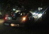 Hai thanh niên kêu cứu dưới gầm xe bán tải