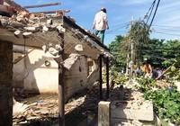 Mảng tường lớn đổ sập, hai người bị đè trúng thương vong