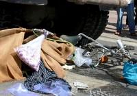 Cụ bà đẩy xe đạp đi bán bánh mì dạo bị xe ben cán nát hai chân