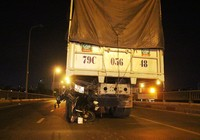 Nam thanh niên điều khiển xe máy tông thẳng vào đuôi xe tải