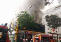 Cháy lớn ở cửa hàng Thế giới Di động Cống Quỳnh