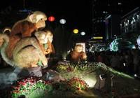 Khách tham quan tấp nập đổ về đường hoa Nguyễn Huệ