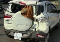 Xe rác húc văng ô tô 20 m, bốn người hoảng loạn kêu cứu