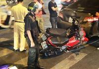 Xế hộp tông bốn xe máy tại vòng xoay Dân Chủ