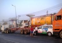 Xe đầu kéo gây tai nạn, xa lộ Hà Nội kẹt cứng