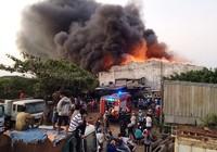 Clip: Hàng trăm cảnh sát dập tắt đám cháy ở quận Bình Tân