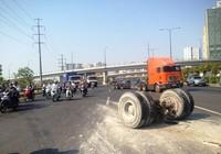 Xe 'hổ vồ' 15 tấn gãy trục lật nhào trên xa lộ