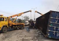 Phong tỏa quốc lộ vì container lật ngang