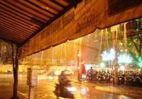 Cơn mưa 'vàng' giải nhiệt cho người dân Sài Gòn