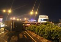 Xe container đổ dốc, lật nhào trên cầu vượt Bình Phước