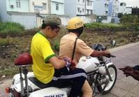 CSGT dừng tuần tra để đưa nam sinh đi cấp cứu